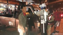 Petugas Gabungan Bersih-Bersih Kendaraan di Pasar Keputran