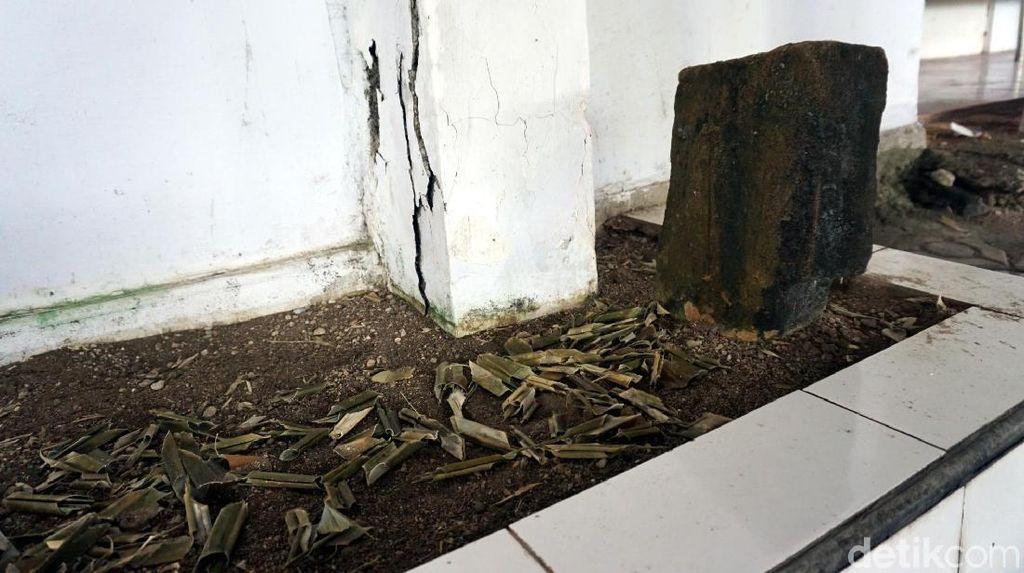 Foto: Batu Nisan di Pulau Bacan yang Tumbuh dari Dalam Tanah