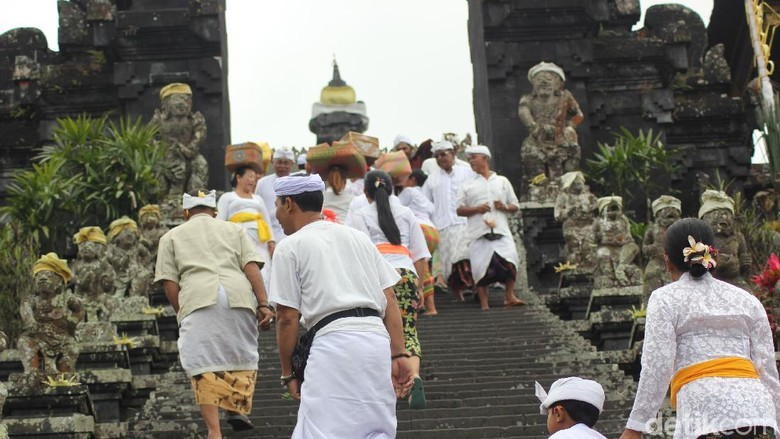 Gubernur dan Warga Jalani Ibadah Purnama Kapat di Pura Besakih