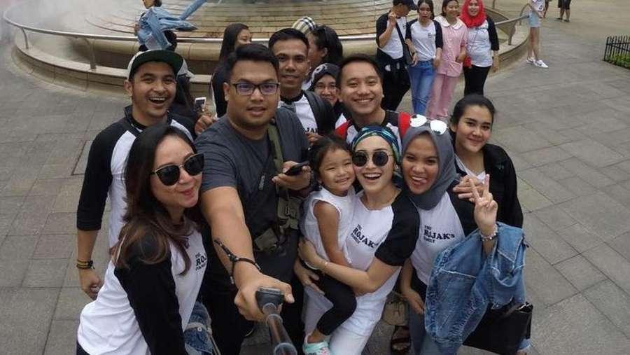 Gaya Liburan The Rojaks di Singapura, Senyum Semringah Andien