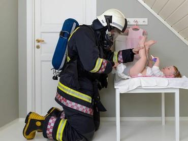 Waduh, kalau ayah yang satu ini malah pakai kostum pemadam kebakaran. (Foto: Instagram @lars_martin_teigen)