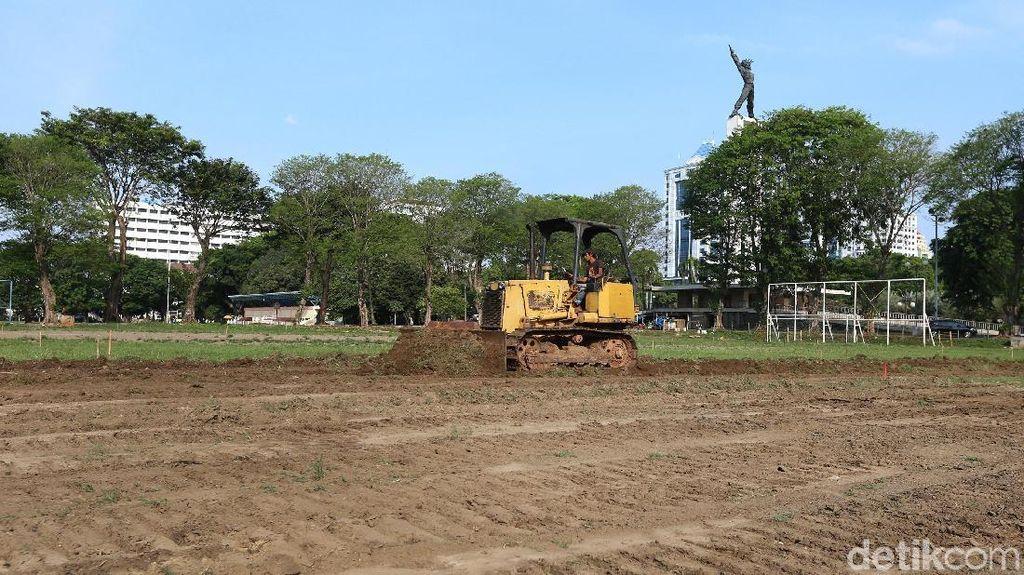 Rumput Hijau Mulai Dikeruk untuk Revitalisasi Lapangan Banteng