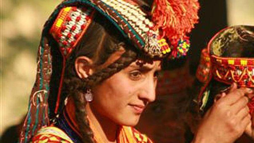 Foto: Suku di Pakistan yang Berwajah Orang Eropa