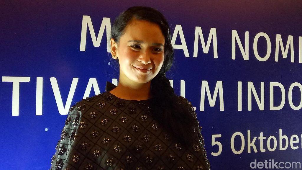 Main Film Laut Bercerita, Ayushita Rela Tak Dibayar