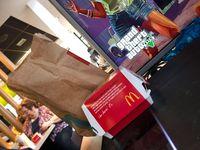 Wuih, Pria Ini Berani Bawa PS4 dan TV 32 Inci untuk Main Game di McDonald's!