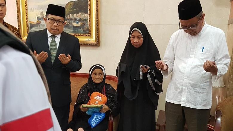Suka Cita Melepas Baiq Jemaah - Madinah Baiq jemaah berusia tahun asal Lombok Nusa Tenggara Barat pulang ke Tanah Air hari Kamis Sebagaimana pemulangan