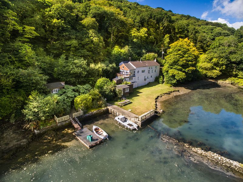 Sawmills merupakan studio rekaman dengan tempat tersembunyi yang menyajikan pemandangan cantik. Studio rekaman ini letaknya di Desa Golant, Cornwall, Inggris (Sawmills)