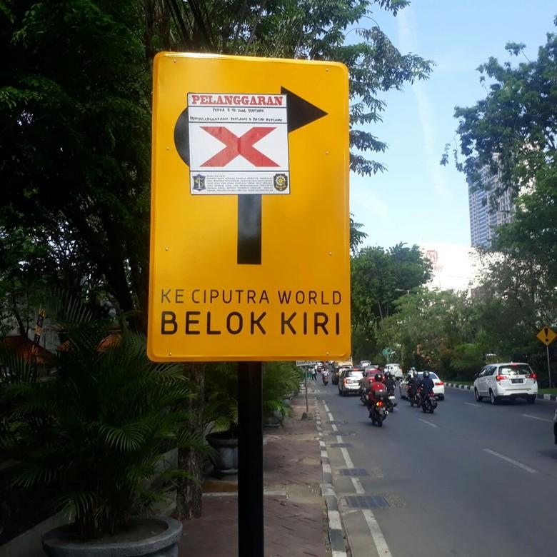 Satpol PP Tertibkan Rambu Ditempeli - Rambu lucu itu sudah tertempel stiker tanda silang Budi Satpol PP Surabaya memastikan rambu lucu di Jalan Mayjend