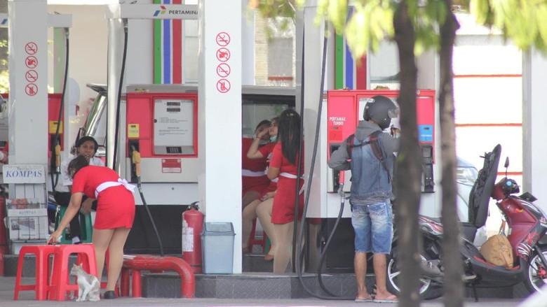 Bikin Heboh, Petugas SPBU Berpakaian Dress Mini Layani Pengendara