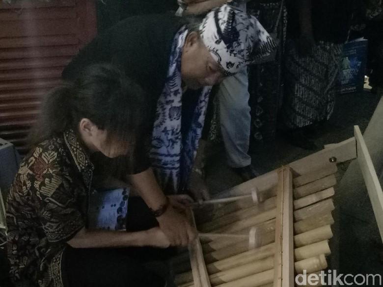 Saat Wisatawan Tertarik Bermain Alat - Surabaya Shun seorang warga Jepang penasaran dengan alat musik tradisional Dia berusaha Namun hal itu tak bisa dilakukan