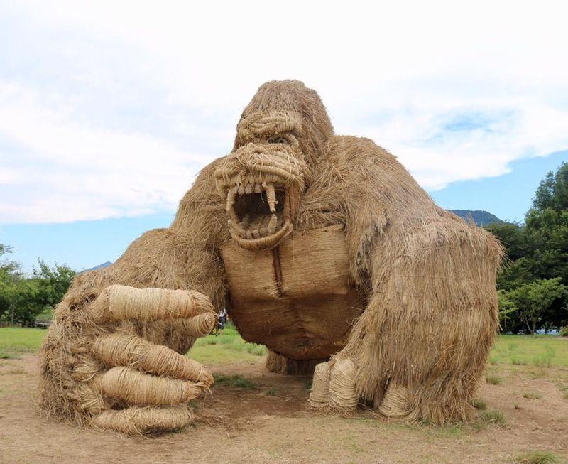 Monster-monster ini merupakan bagian dari Wara Art Festival di Jepang. Festival ini diadakan di setiap musim panen, tepatnya tanggal 31 Agustus (Wara Art/ Facebook)