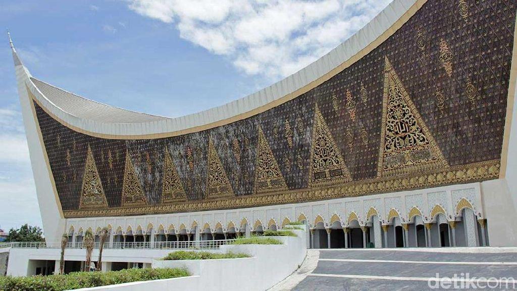 Syahdu, Sholat Jumat di Masjid Terbesar Sumatera Barat