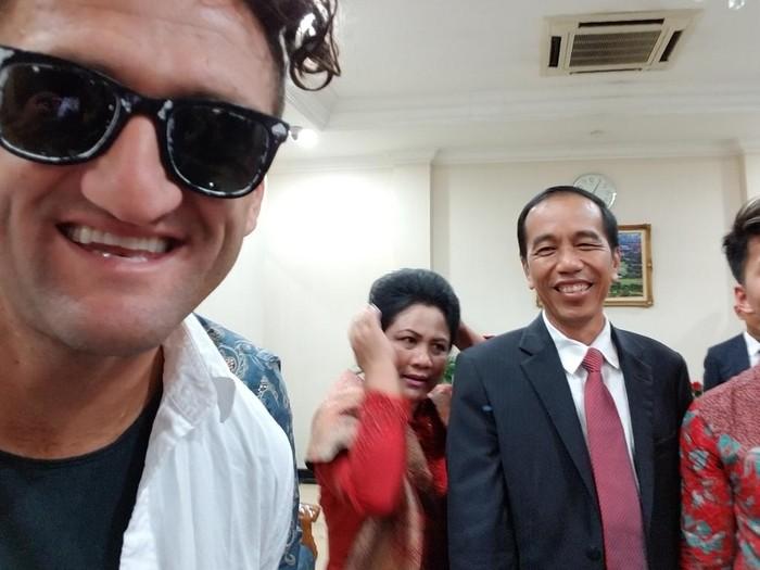 Casey Neistat foto bareng Presiden Jokowi. Foto: dok. Twitter @CaseyNeistat