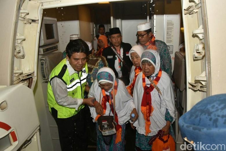 Penerbangan Haji Lancar dan Ketepatan - Jakarta Kementerian Perhubungan mengapresiasi kelancaran penerbangan haji Dirjen Perhubungan Udara Agus Santoso mengatakan tingkat ketepatan baik keberangkatan maupun
