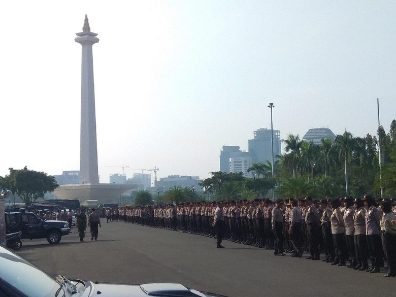 Jelang Demo Hari Kerja Layak - Jakarta Sejumlah petugas kepolisian tengah melakukan apel pagi di Silang Merdeka Jakarta Mereka akan mengamankan jalannya aksi demonstrasi