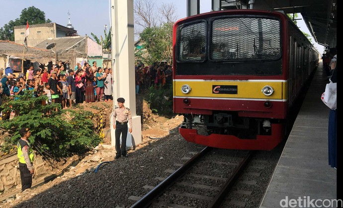 Whuzz, KRL Cikarang Melintas di Stasiun Bekasi Timur