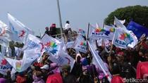 Massa Buruh Joget dan Nyanyi di Sela Demo di Depan Istana