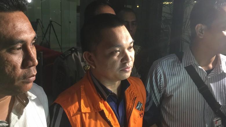 Akui Menyuap Ketua Politikus Demi - Jakarta Aditya Anugrah Moha si tersangka penyuap Ketua Pengadilan Tinggi Manado keluar dari kantor Dia keluar menggunakan rompi