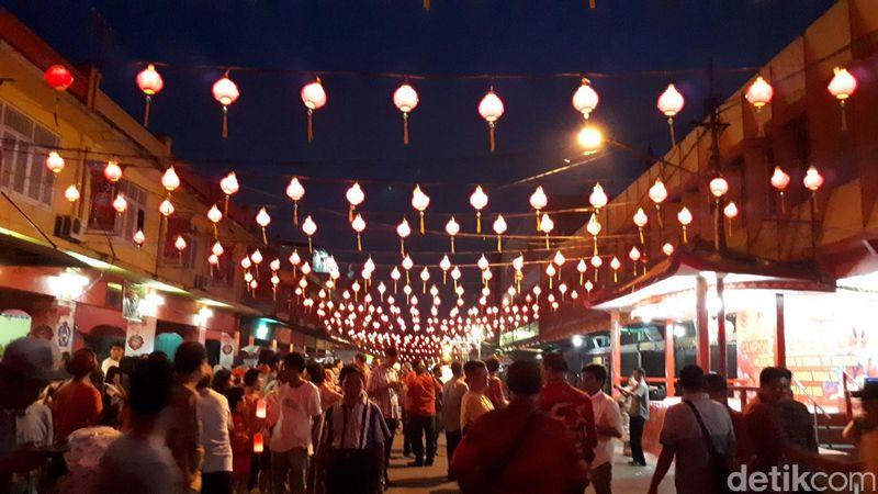 Perayaan Kue Bulan ini dilaksanakan, di kawasan kota tua Pekanbaru, tepatnya di Jl Karet dekat dengan kawasan Pasar Bawah. Lokasi itu juga dikenal dengan istilah China Town-nya Pekanbaru (Chaidir Anwar Tanjung/detikTravel)