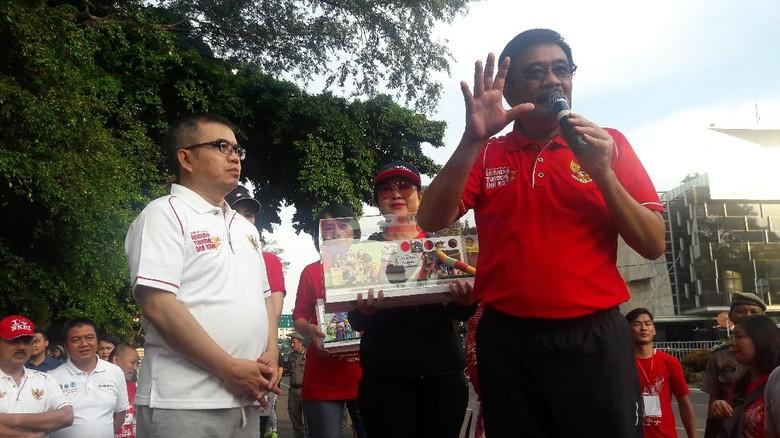 Djarot Lepas Tembakan Buka Lomba - Jakarta Gubernur DKI Jakarta Djarot Saiful Hidayat melepas peserta lomba lari Historic Bhinneka Tunggal Ika di Tugu Jakarta