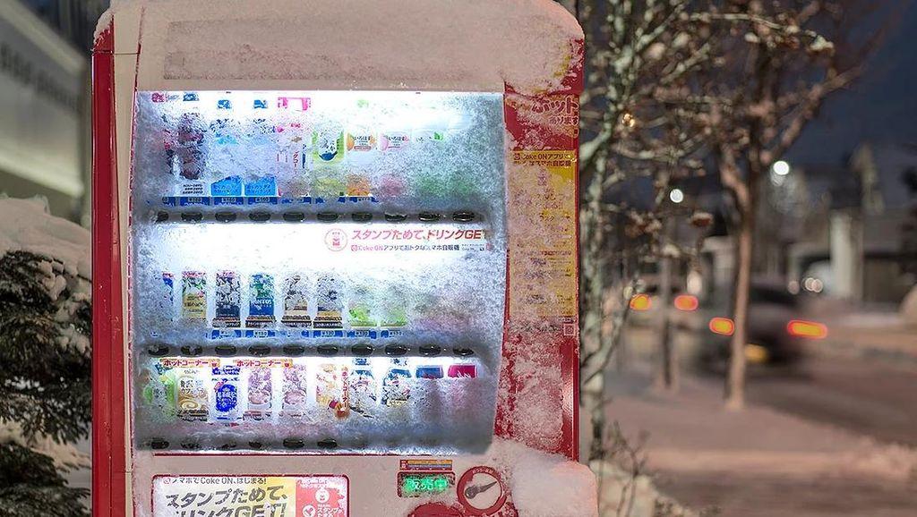Unik! Fotografer Ini Abadikan Potret Vending Machine yang Tertutup Salju