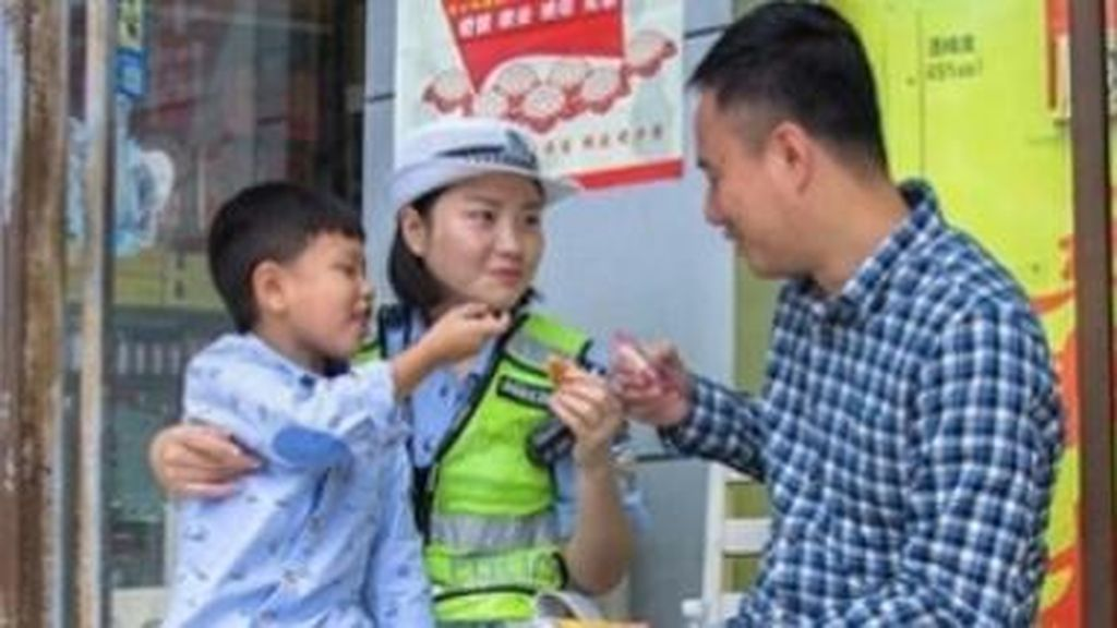 Ibu Bertugas di Jalan, Ayah dan Anak Ini Bawakan Makanan Demi Kumpul Bersama