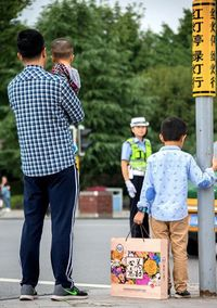 Seorang anak dan ayah bawakan mooncake untuk ibunya yang sedang bekerja.