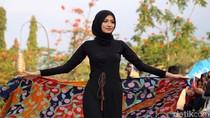Model Cantik Pamerkan Batik Probolinggo