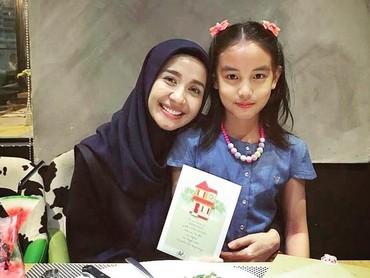 Gadis cilik bernama lengkap Engku Aleesya ini umurnya 8 tahun. Dia merupakan anak suami Bella, Engku Amran dari pernikahan sebelumnya bersama Erra Fariza. Baik Bella maupun Aleesya sama-sama cute ya, Bun. (Foto: Instagram/ @laudya_cintiabella)