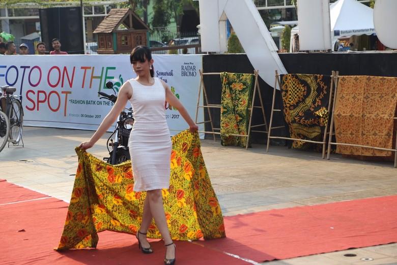 Indahnya Batik Probolinggo Dipamerkan Model di Catwalk Dadakan