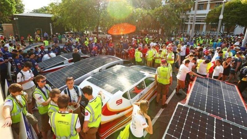 Kompetisi ini dimulai pada hari Minggu (8/10/2017) di wilayah tropis Australia yang diikuti oleh 42 mobil bertenaga surya dari berbagai negara (BBC)