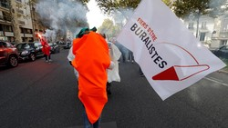 Para pedagang tembakau di Paris mendemo Kementerian Kesehatan setempat terkait kenaikan harga rokok. Wortel dijadikan simbol perlawanan.