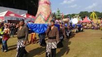 Warga Magetan Berebut Bolu Rahayu di Tradisi Ledug Suro