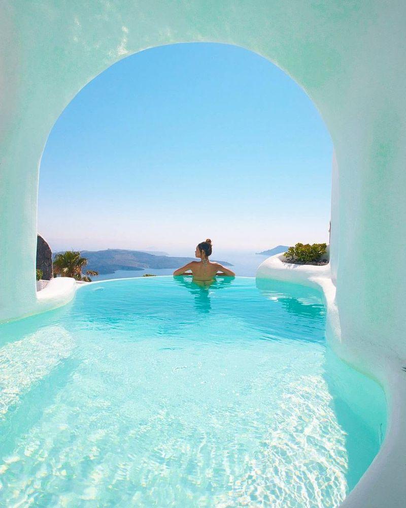 Adalah Dana Suites and Villas, sebuah penginapan yang punya fasilitas unik. Balkon dengan kolam pribadi! (Instagram/godluxury)