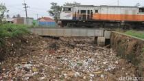 Sampah Menumpuk dan Sumbat Aliran Sungai Cikeruh Bandung