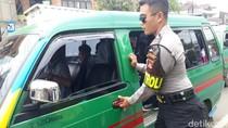 Cegah Sweeping, Polisi Kawal Penumpang Angkot di Kopo Bandung