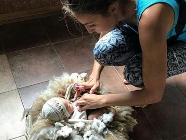 Fotografer Maria Lugovaya sudah sering melakukan sesi pemotretan bayi baru lahir. Pantas saja Maria luwes banget sama bayi baru lahir ya, Bun. (Foto: Instagram/ @marialugovaya)