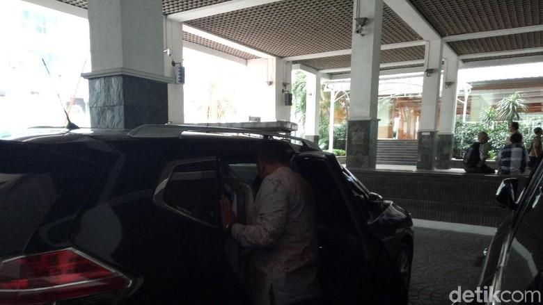 Jelang Djarot Mulai Kemasi Barang - Jakarta Gubernur DKI Djarot Saiful Hidayat mulai mengemasi dari kantornya di Balai yang akan segera mengakhiri masa jabatan
