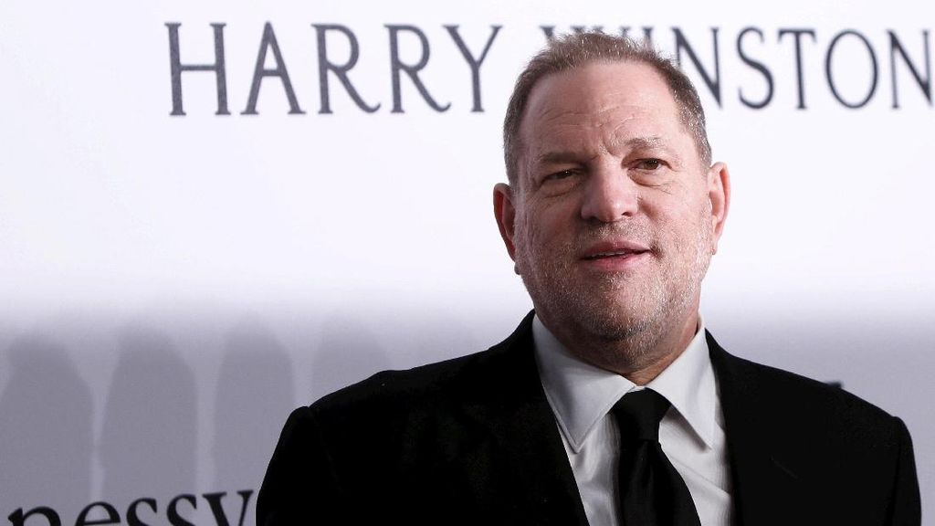 Predator Seks Harvey Weinstein Kini Menyamar saat Keluar Rumah