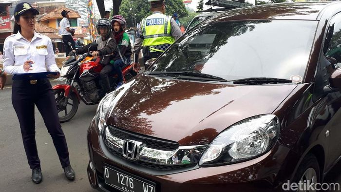 Razia taksi online di Bandung. Foto: Mukhlis Dinillah