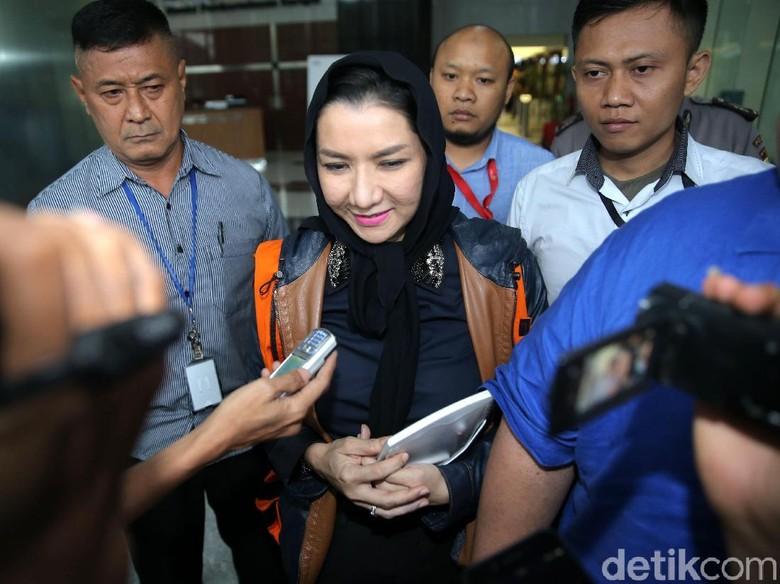 Diperiksa Bupati Kukar Rita Dicecar - Jakarta Bupati Kutai Kartanegara Rita Widyasari selesai menjalani pemeriksaan pertama sejak penahanannya pekan Dia mengaku dicecar dengan pertanyaan
