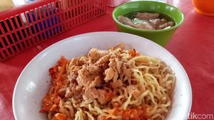 Pedas Menantang! Mie Ayam Komplet dengan Campuran 30 Cabai Rawit Uleg