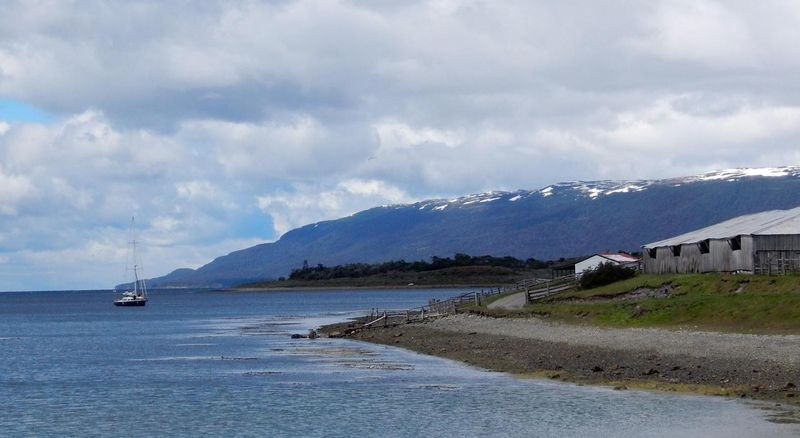 Berjarak 38 jam perjalanan darat atau tiga setengah jam perjalanan pesawat dari Buenos Aires di Argentina, Kota Ushuaia di provinsi Tierra del Fuego disebut juga sebagai ujung dunia. Lokasinya memang persis di ujung paling Selatan Argentina (Shafik Meghji/BBC)
