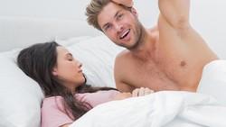 Hubungan pasangan suami istri di atas ranjang bisa sangat menentukan keharmonisan rumah tangga. Tapi, dengan kebiasaan tidur sepele, hubungan ini bisa runyam.