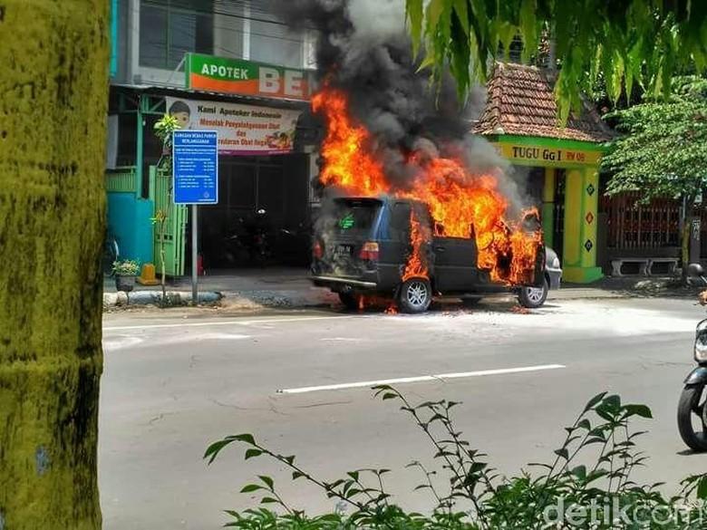 Parkir di Depan Apotik, Mobil Isuzu Panther Hangus Terbakar