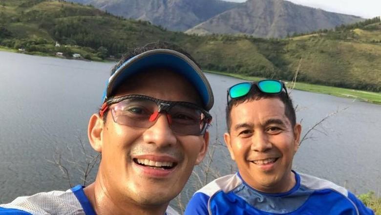 Foto: Sandiaga Uno berpose di Danau Toba (Dok. sandiuno/Instagram)