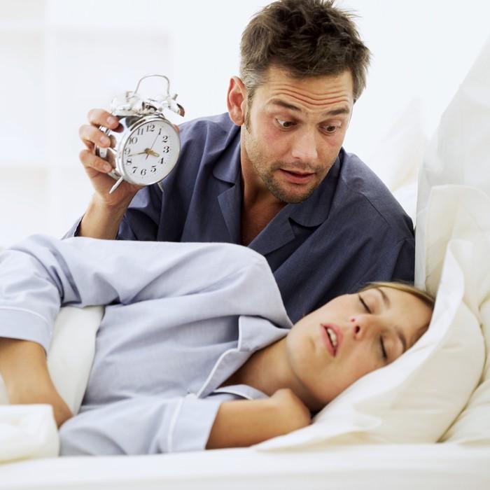 Punya waktu bangun tidur yang berbeda memang tidak selalu jadi masalah. Yang jadi masalah adalah jika alarm yang dipasang di kamar tidur tidak dimatikan dengan baik, oleh salah satu pasangan yang biasa bangun lebih pagi, bisa mengganggu waktu tidur yang lain. Meski tidak berdampak buruk, tapi gangguan suasana hati dapat dialami ketika waktu tidur terganggu. Foto: Thinkstock