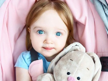 Eits, jangan salah fokus sama mata indahnya si kecil ya, Bun. He-he-he. (Foto: Instagram @an.nisi)