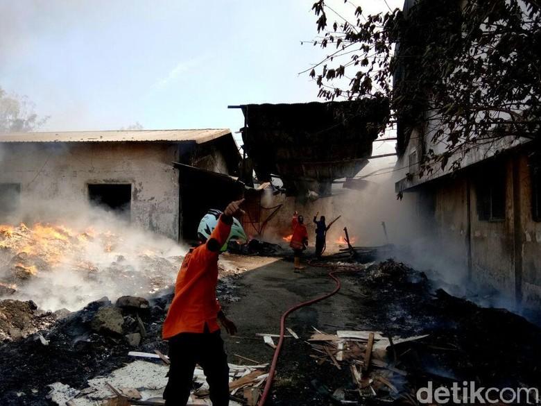 Gudang Afalan Pabrik Sandal di Mojokerto Ludes Terbakar