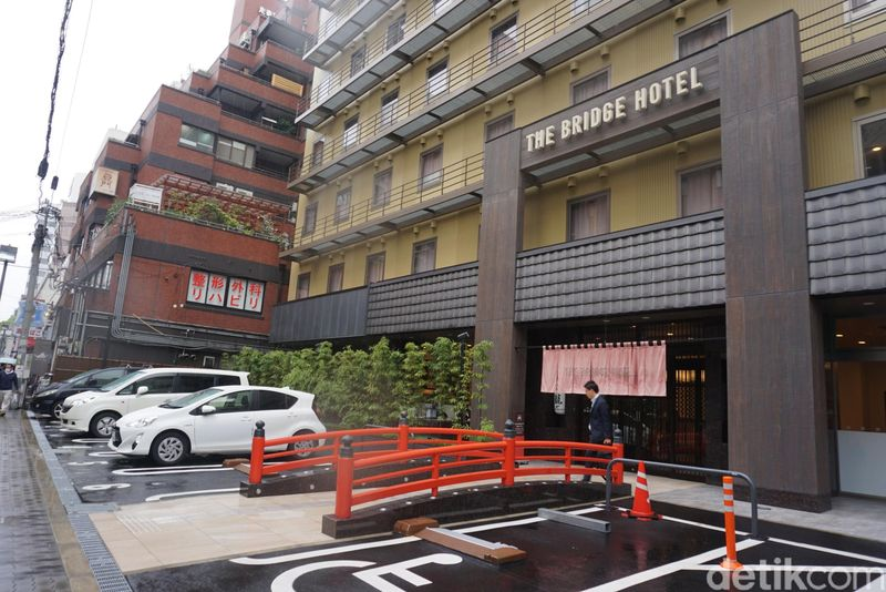 Nama hotelnya adalah The Bridge Hotel Shinshaibasi. Lokasinya sangat strategis. Berjalan kaki kurang dari 10 menit, kamu sudah sampai ke Shinshaibasi-suji untuk berbelanja (Wahyu/detikTravel)